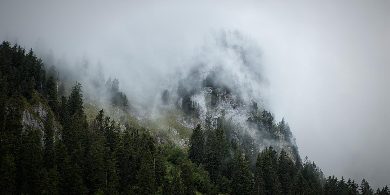 Wolken am Berghang