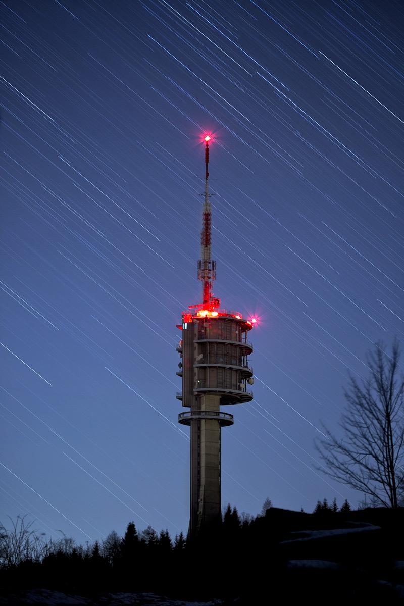 Sternstrichspuren und der Sendeturm auf dem Gibloux