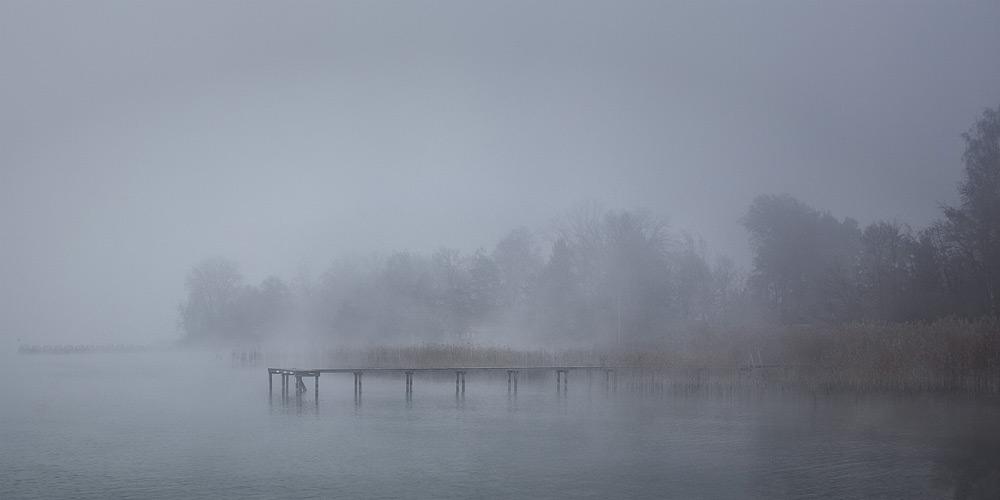 Stege am Neuenburgersee im Nebel