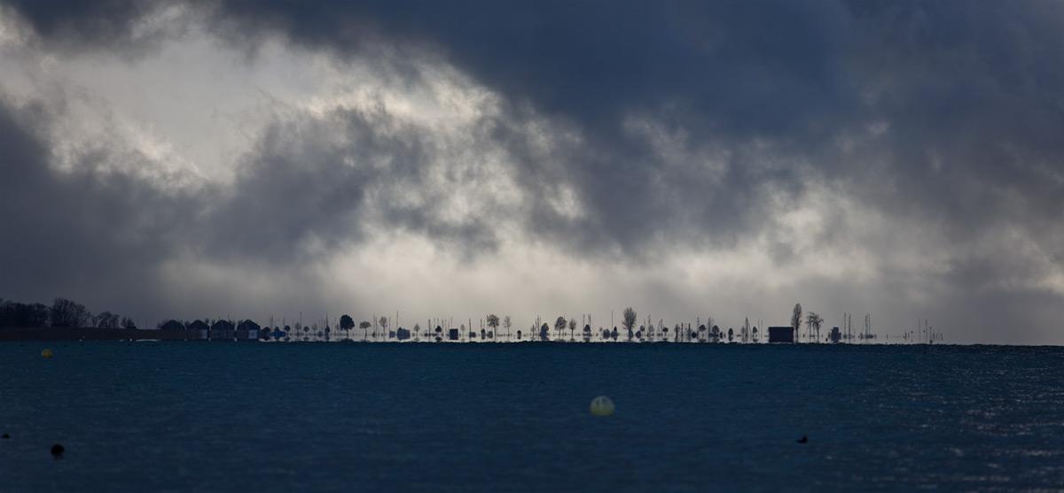 Tiefhängende Wolken über dem Hafen von Chevroux